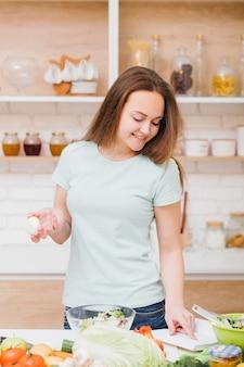 Alimentação saudável. benefícios da nutrição orgânica. mulher jovem sorridente com ovo e o livro de receitas especiais.