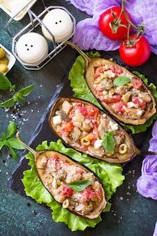 Alimentação saudável berinjelas recheadas assadas com queijo feta tomates e azeitonas
