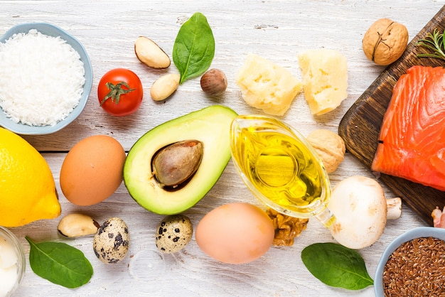 Alimentação saudável dieta cetogênica de baixo carboidrato. ômega 3 alto, bons produtos de gordura e proteína