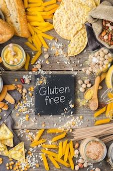 Alimentação saudável, dieta, conceito de comida equilibrada. variedade de alimentos sem glúten e farinha, amêndoa, milho, arroz em uma mesa de madeira. vista superior do plano de fundo