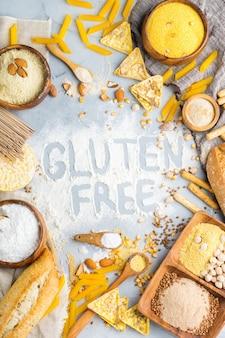 Alimentação saudável, dieta, conceito de comida equilibrada. variedade de alimentos sem glúten e farinha, amêndoa, milho, arroz em uma mesa. vista superior do plano de fundo