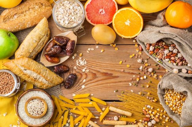 Alimentação saudável, dieta, conceito de comida equilibrada. variedade de alimentos sem glúten em uma mesa de madeira. vista superior do plano de fundo do espaço da cópia