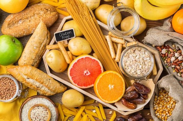 Alimentação saudável, dieta, conceito de comida equilibrada. variedade de alimentos sem glúten em uma mesa de madeira. vista superior do plano de fundo