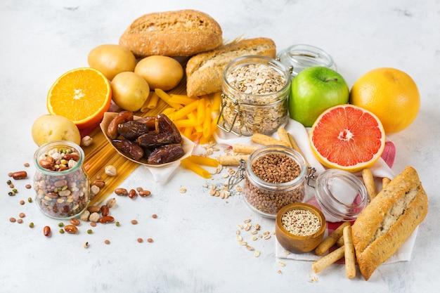 Alimentação saudável, dieta, conceito de comida equilibrada. variedade de alimentos sem glúten na mesa da cozinha. copie o fundo do espaço