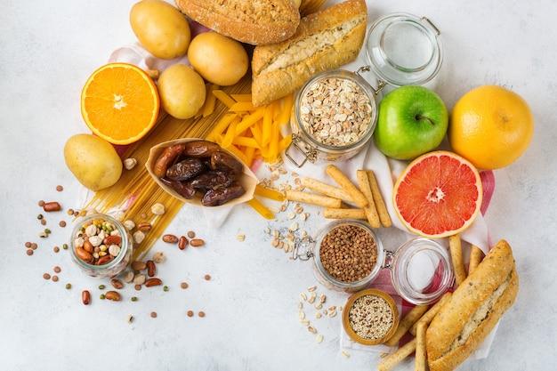 Alimentação saudável, dieta, conceito de comida equilibrada. variedade de alimentos sem glúten na mesa da cozinha. vista superior do plano de fundo