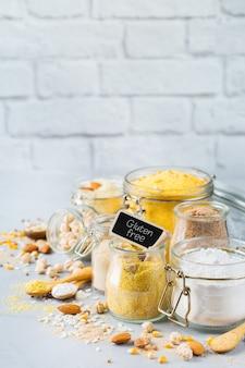 Alimentação saudável, dieta, conceito de comida equilibrada. variedade de farinha sem glúten, amêndoa, milho, arroz na mesa da cozinha. copie o fundo do espaço