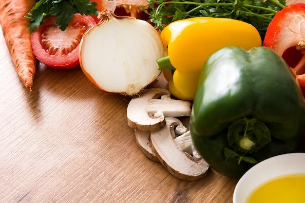 Alimentação saudável. dieta mediterrânea frutas, legumes, grãos, azeite de oliva na mesa de madeira