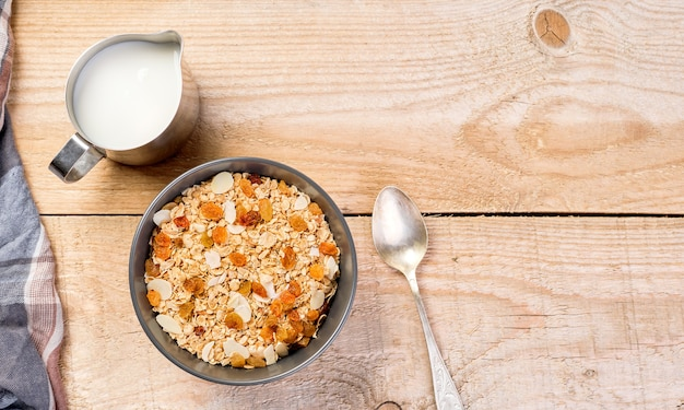 Alimentação saudável e saudável, dieta alimentar e nutrição adequada. nutrição equilibrada, conceito de café da manhã saudável. ingredientes caseiros de muesli e granola na mesa, vista superior