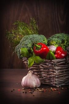 Alimentação saudável em madeira escura