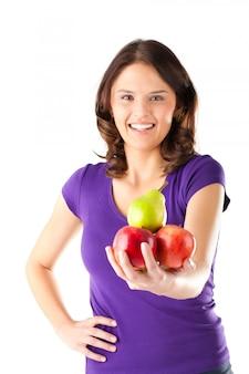 Alimentação saudável - mulher com maçãs e pêra