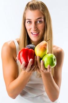 Alimentação saudável, mulher feliz com frutas e legumes