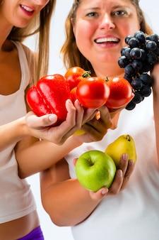 Alimentação saudável - mulheres, frutas e legumes