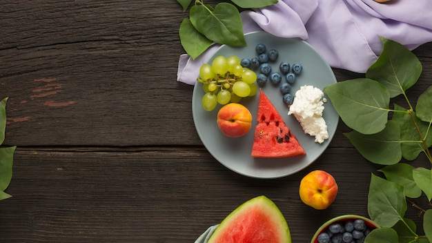 Alimentação saudável sobremesa de frutas frescas, frutas e queijo cottage