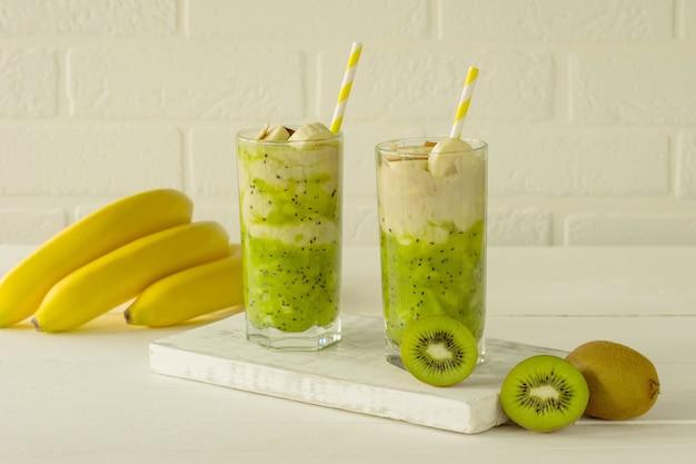 Alimentação saudável - vitamina verde smothie com kiwi, banana e outras frutas e vegetais. bebida saudável desintoxicante para energia e bem-estar.