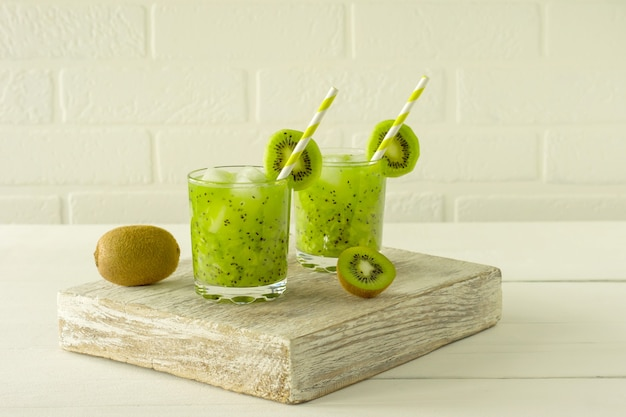 Alimentação saudável - vitamina verde smothie com vegetais kiwi. desintoxicação bebida saudável para energhy.