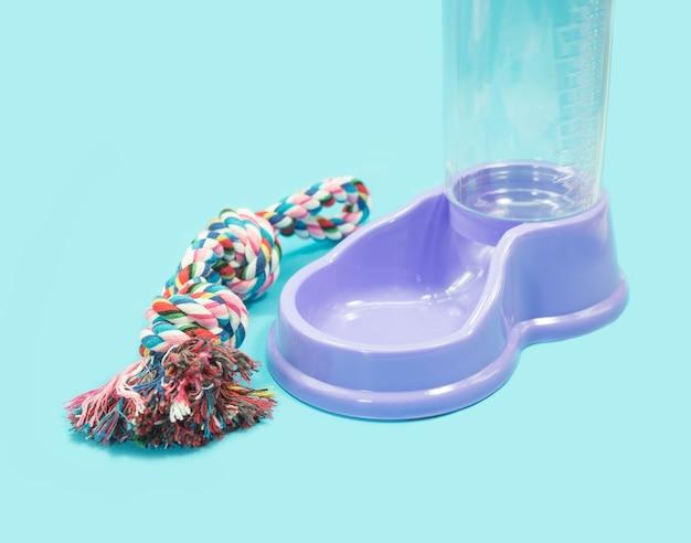 Alimentador de água com corda em fundo azul