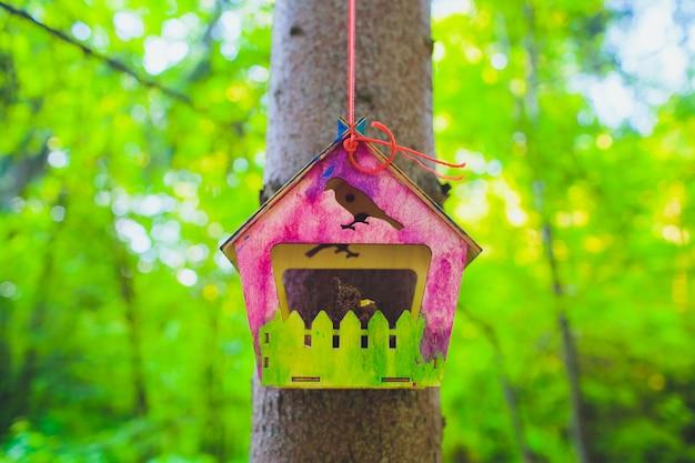 Alimentadores para pássaros no parque da cidade