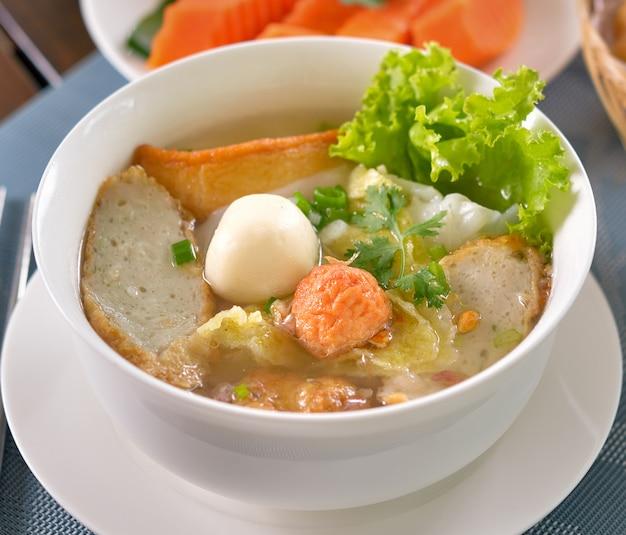 Alimento chinês, wonton e macarronete para a bolinha de massa gourmet tradicional.