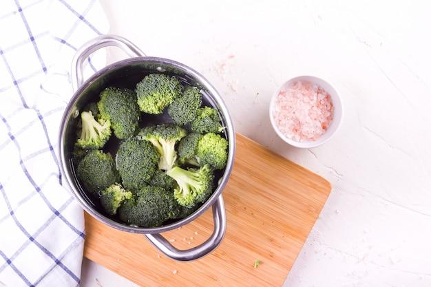 Alimento do vegetariano da dieta saudável, brócolis em uma bandeja.