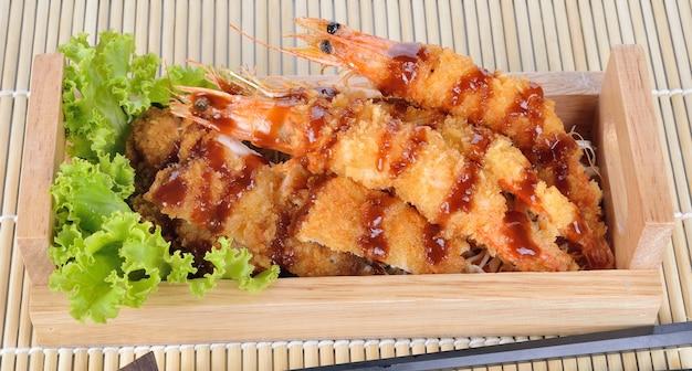 Alimento japonês - camarões fritados do tempura e carne de porco fritada.
