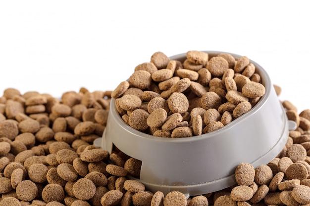 Alimento para cães seco isolado no branco