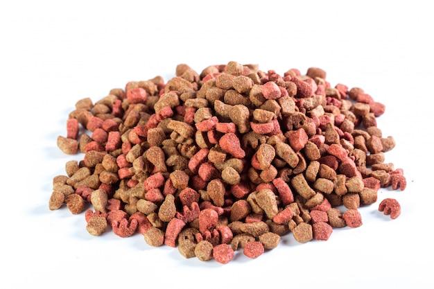 Alimento para cães seco isolado no fundo branco