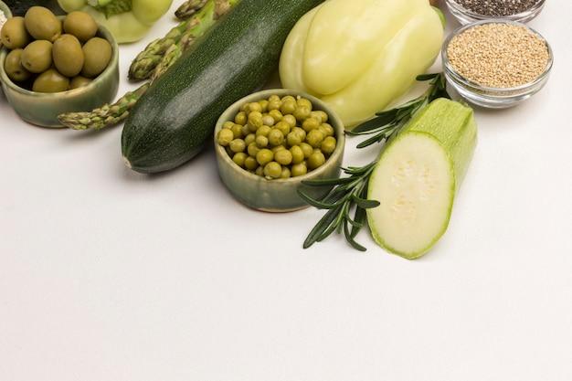 Alimento para dieta. vegetais verdes, quinoa bulgur, grão de bico, amêndoa de linho na mesa