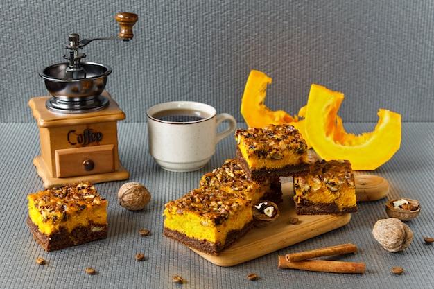 Alimento para o halloween. brownie de chocolate caseiro com nozes e uma camada de abóbora. café com bolos.