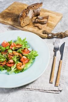 Alimento saudável equilibrado, salada verde com camarão grelhado.