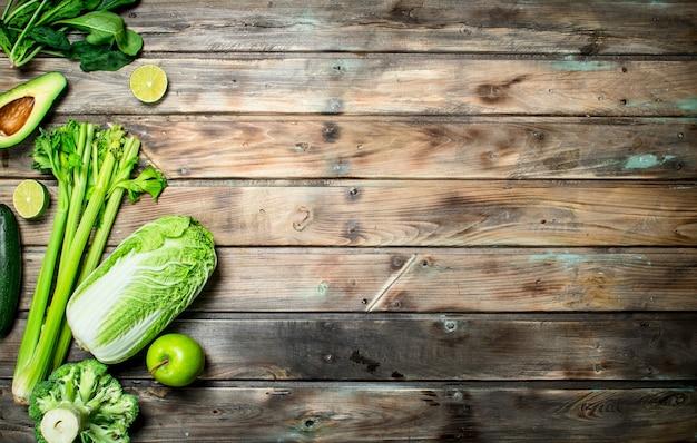 Alimento verde. frutas e vegetais orgânicos em uma mesa de madeira