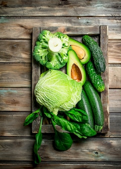 Alimento verde. frutas e vegetais orgânicos frescos. sobre um fundo de madeira.
