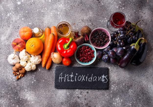 Alimentos antioxidantes na mesa de concreto