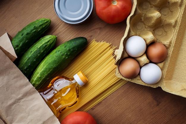 Alimentos básicos, compras na mesa. vista do topo