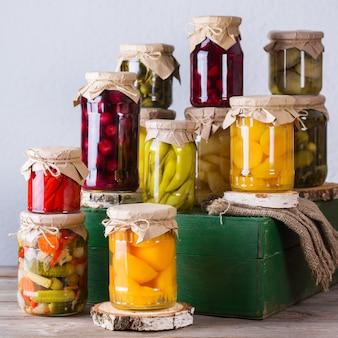 Alimentos caseiros fermentados em conserva em conserva vegetais marinados em compota de frutas