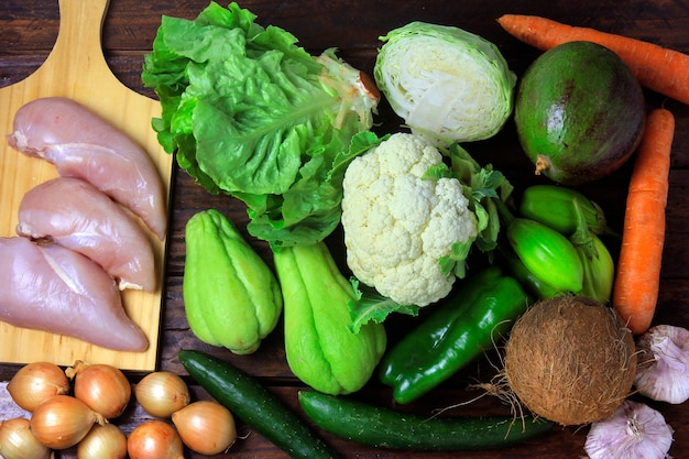 Alimentos com baixo teor de carboidratos consumidos nas dietas de baixo carboidrato, cetogênica e paololítica na mesa de madeira rústica