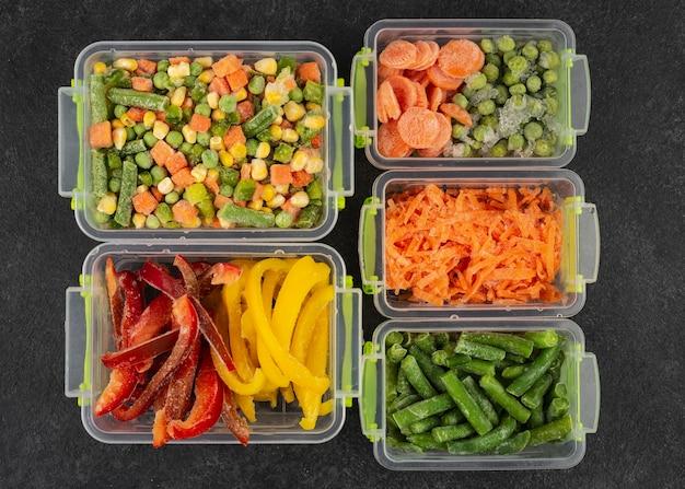 Alimentos congelados na mesa sortido