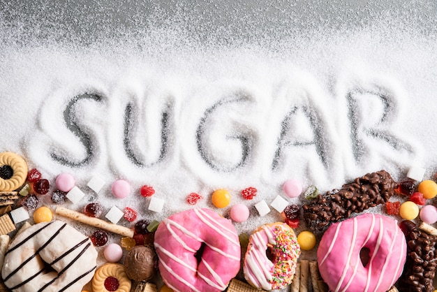 Alimentos contendo açúcar. mistura de conceito de doces, corpo e atendimento odontológico.