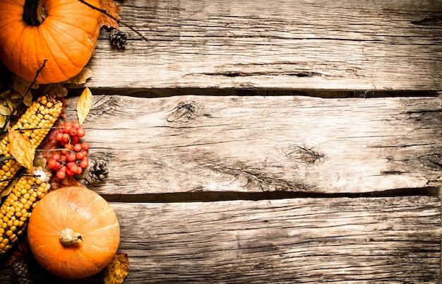 Alimentos de outono. frutas e vegetais de outono. em fundo de madeira.