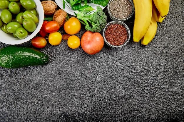 Alimentos de proteção contra vírus, coronavírus, conceito de imunidade. seleção de comida saudável em fundo escuro