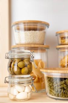 Alimentos deliciosos em recipientes