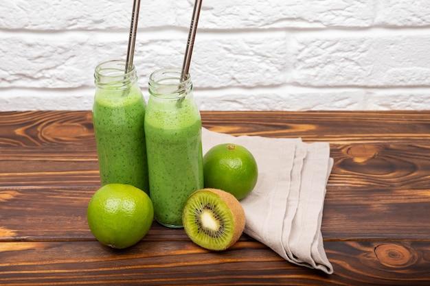 Alimentos dietéticos e desintoxicantes no café da manhã com smoothie verde fresco