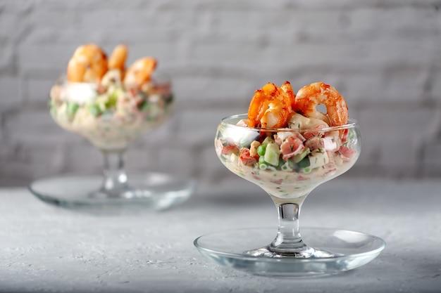 Alimentos dietéticos. salada de legumes fresca com camarão.
