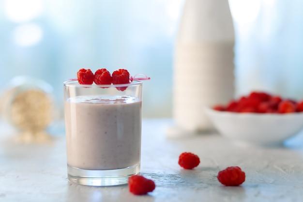Alimentos dietéticos saudáveis. milkshake de aveia com banana e framboesa.