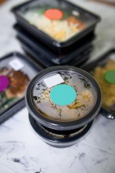 Alimentos em close-up de recipientes. entrega de comida diariamente.