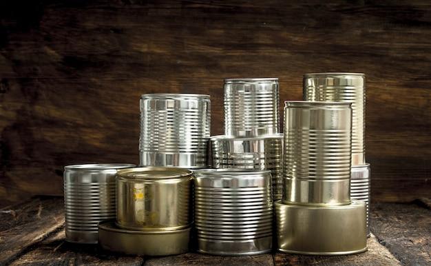 Alimentos em latas em um fundo de madeira