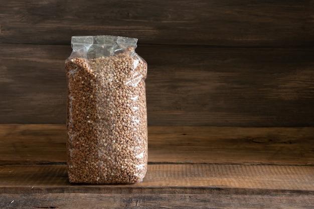 Alimentos em um pacote sobre um fundo de madeira. conceito de estoque alimentar