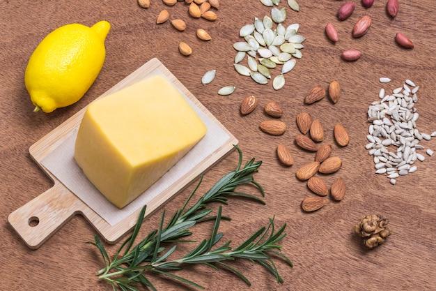 Alimentos fontes de proteína vegana e cálcio, incluindo queijo, amêndoas, sementes de girassol, nozes, amendoim