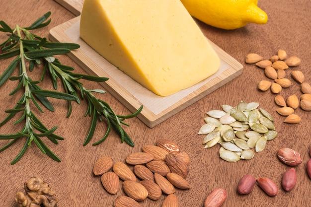 Alimentos fontes de proteína vegana. queijo, amêndoas, nozes, amendoim, sementes de abóbora.