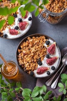 Alimentos funcionais, conceito de alimentação consciente. café da manhã com granola de aveia caseira, iogurte e frutas vermelhas