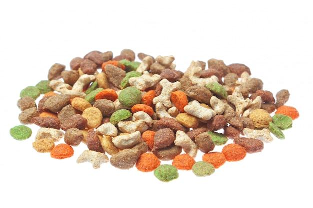 Alimentos granulados para cães e gatos. em uma parede branca.